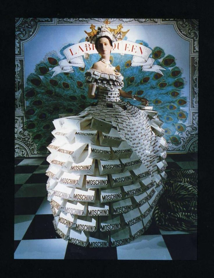 Moschin Label Queen abito realizzato  con etichette  e shopping bag per la vetrina del negozio  di New york