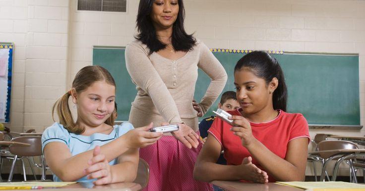 Maneiras divertidas de ensinar regras de sala de aula para os alunos. O primeiro dia de aula traz muita informação e procedimentos para o aprendizado dos alunos. Por exemplo, cada professor tem um conjunto de regras de sala de aula para os estudantes aprenderem e obedecerem. Os educadores devem procurar maneiras criativas de ensiná-las. Ensinar as regras de forma divertida ajudará a turma a aprender e lembrar delas ...
