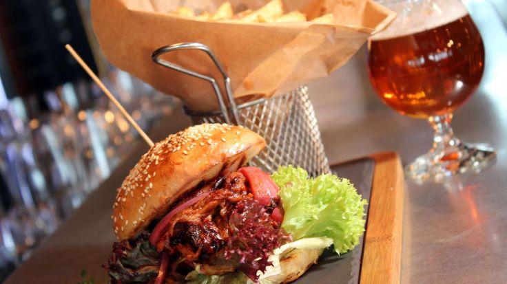 NAM! På gastropuben Nydalen Bryggeri og Spiseri i Oslo serverer de pulled pork i rause porsjoner i burgerbrød med poteter. Foto: HEGE HØPFNER