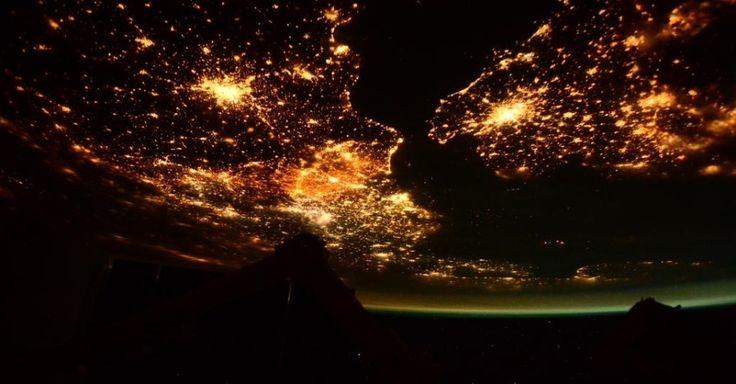 A astronauta italiana Sam Cristoforetti, que está em missão a bordo da Estação Espacial Internacional (ISS, na sigla em inglês), fotografou o Canal da Mancha, que separa as ilhas britânicas do continente europeu, entre a Inglaterra e a França. A noite surge na imagem com intensa luminosidade em ambos os lados do canal. A foto, publicada no perfil de Sam no Twitter nesta quarta-feira (4), foi feita em janeiro, segundo a astronauta