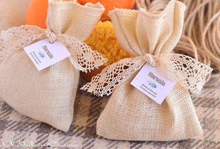"""Saquitos perfumados """"Naranja"""". Bolsitas de tela rústica, decoradas con encajes de algodón. Las llenamos con sales naturales perfumadas con esencias aromáticas. Para regalos, detalles de boda, comunión, bautizo."""