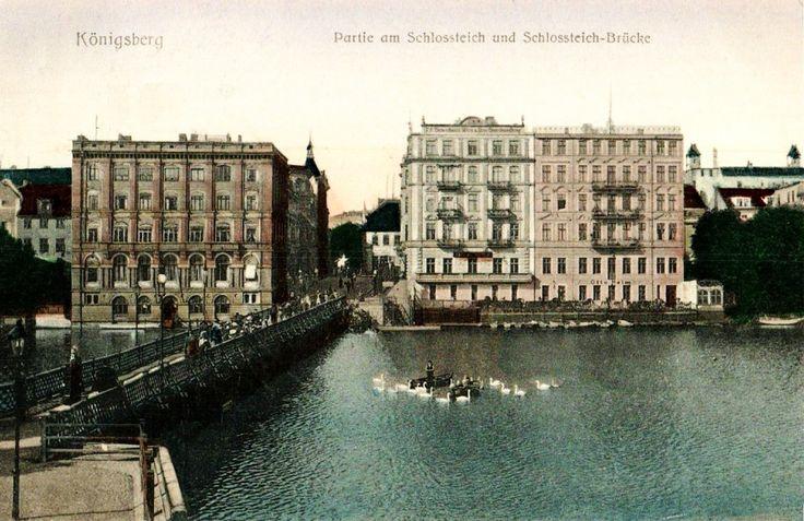 Die Ansichtskarte zeigt den Blick über den Schlossteich in Königsberg zur Großen Schlossteichstraße am westlichen Ufer. 1753 wurde in Königsberg die Schlossteichbrücke gebaut.  Im 19. Jahrhundert wurde der Steg zweimal verbreitert.  1869 brach das Geländer, als eine große Menschenmenge den Besuch von König Wilhelm I. beobachten wollte. 32 Menschen ertranken im Schlossteich. Der Steg brannte bei den zwei britischen Luftangriffen auf Königsberg Ende August 1944 bis auf die Steinpfeiler nieder…