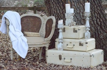 love this set!Vintage Suitcases, Old Suitcases, Events Decor, Suitcases Stacked, Painting Old Suitcas, Nice Display, Stacked Suitcases, Vintage Beautiful, Suitcases White