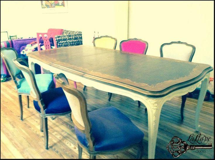 Mesa de comedor francesa y sillas de colores.