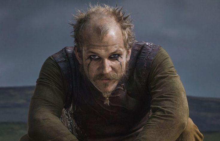 Uno de los personajes más singulares de la exitosa serie televisiva Vikingos es Floki, al que interpreta el actor sueco Gustaf Skarsgård (hijo del célebre Stellan Skarsgård, que se ha hecho muy popular con películas como Mamma mía o Los Vengadores).   Floki, fiel amigo de Ragnar Lodbrok para quien