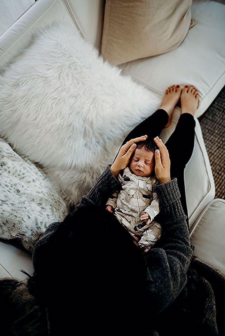 Arial Bild Eines Neugeborenen Babys Zu Hause Mit Seiner Mutter Ihn Leicht Halten Arial Babys Bild Eines In 2020 New Baby Products Baby Boy Newborn Baby Sleep
