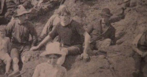 5. Фотография мужчины в старой книге