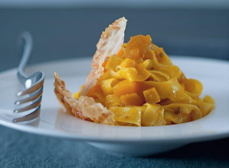 Le tagliatelle con guanciale croccante e zucca sono un primo piatto di carne facile e sfizioso. Prova la nostra ricetta con la pasta fresca!
