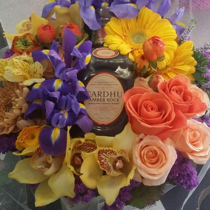 Ίριδες, Ορχιδέες, τριαντάφυλλα και ένα whiskey Carduh. Αποστολή | λουλουδιων | ανθοπωλείο | online | αγορές | μπουκέτα | anthemion | flowers