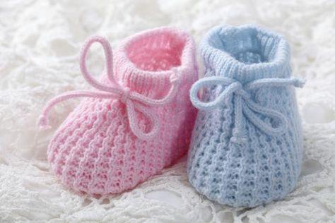 Si tenemos un nuevo bebé integrante en la familia, o alguna amiga ha tenido un hijito recientemente, nada mejor que regalarle o regalarnos unos hermosos escarpines a crochet. Aquí presentaremos un fácil esquema para llevarlos a cabo, y su respectivo paso a paso para que nos resulte fácil y práctico realizarlos. Estos hermosos escarpines, como dijimos, se tejen a crochet, son rápidos de hacer y llevan poca cantidad de lana. Están dise&