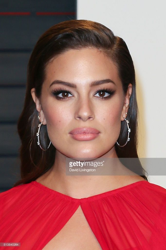 Model Ashley Graham arrives at the 2016 Vanity Fair Oscar Party Hosted by Graydon Carter at the Wallis Annenberg Center for the Performing Arts on February 28, 2016 in Beverly Hills, California.