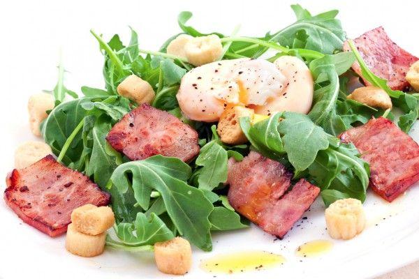 Французский салат с беконом и яйцом