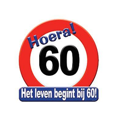Hulde stopbord 60 jaar. Rond hulde stopbord met de tekst: Hoera 60 het leven begint bij 60! Het materiaal van het hulde stopbord 60 jaar is Karton. Formaat: 50 x 50 cm.