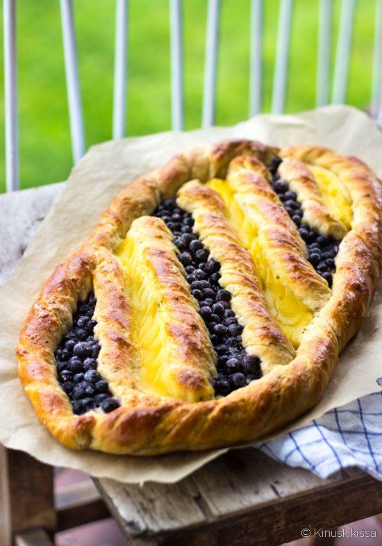 Vanilja-mustikkapullat voi leipoa joko normaaliksi pikkupulliksi, tai  vaivattomasti viinerin muotoiseksi isommaksi kokonaisuudeksi.