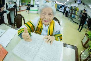 91-Year-Old Woman Becomes Oldest University Graduate   A 91-year-old woman became the oldest person to graduate from university in Thailand on Wednesday receiving her bachelors degree from King Maha Vajiralongkorn.  Escorted by her family Kimlun Jinakul travelled more than 700 km from the northern province of Phayao to Sukhothai Thammathirat Open University near Bangkok to receive her bachelors degree in human ecology.  It has always been my dream to continue my studies Kimlun told local TV…