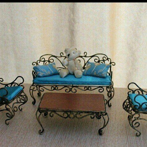 Кованая мебель поможет проявить свою индивидуальность и художественный вкус, придают дому ваших любимцев неповторимый вид. Прекрасный комплект мебели: диванчик, два кресла и столик подойдет для гостиной или столовой.  Высота кресла 10,5см.Высота до сидения 4,5см.Ширина кресла 5см.Глубина сиденья 5см,ширина по ножкам кресла 5см*6см.  Высота диванчика 9,5 см,высота диванчика до сидения 4,5см,глубина сидения в широком месте 5см,в узком 4,3см.Ширина по ножкам 4,5см*14,7см(ширина дивана 14,7см)…