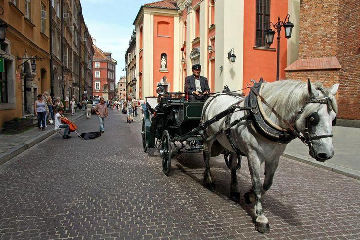 Rua do #Castelo -  #Varsóvia, capital da #Polónia, cidade de Frederic Chopin e de Marie Curie, nas margens do rio Vístula. A 2ª Guerra Mundial destruiu 85% da massa arquitetónica