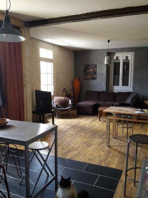 Logement entier à Le Bouscat, FR. Jolie petite maison  à  2 pas du centre de bordeaux, 10 mn en vélo ,le tramway est a moins de 200 m, il vous emmène directement au centre de bordeaux en 15 mn , et en 25 mn à la gare sans changement. Le jardin de 90 m²est très agréable ,avec un ba...
