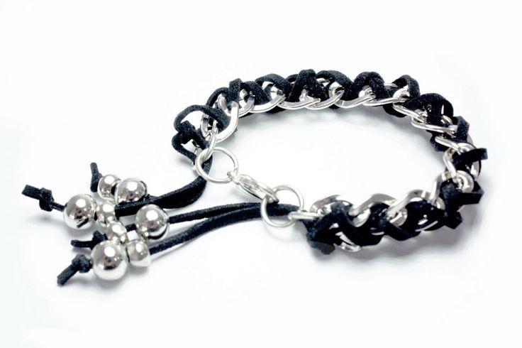Rebelde, la pulsera que tiene para ti las cadenas y el cuero en un solo diseño:http://latiendademaga.com/index.php/cuero?page=shop.product_details&flypage=flypage.tpl&product_id=63&category_id=3