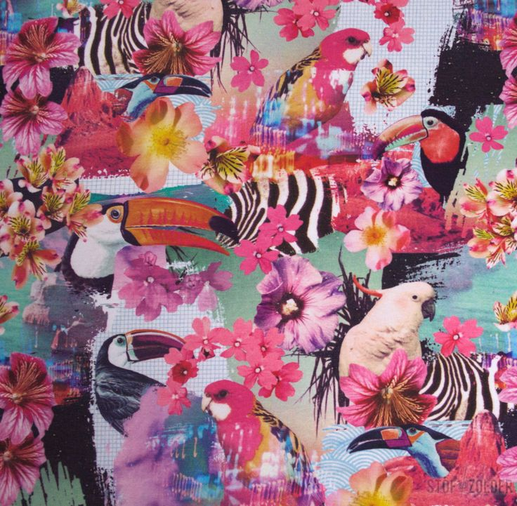 Tricot papegaaien en bloemen in heel veel verschillende roze, gele en muntgroene tinten. Een papegaai is ongeveer 7cm groot.