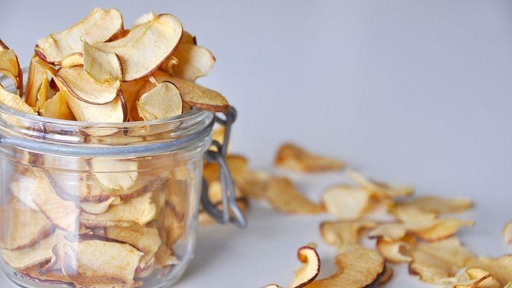 Äppelchips är gott att äta som snacks, strössla över frukostskålen och perfekt att skicka med i skolväskan. Dessutom är chipsen superenkela att göra själv
