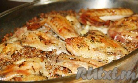 Гречка с курицей, томленная в духовке - простое, сытное и вкусное блюдо. Гречневая каша, приготовленная по этому рецепту, получается очень вкусной, рассыпчатой и разваристой. В качестве мяса вы можете взять любую часть курицы, дополнением к блюду могут стать грибы или обжаренный лук с морковью.