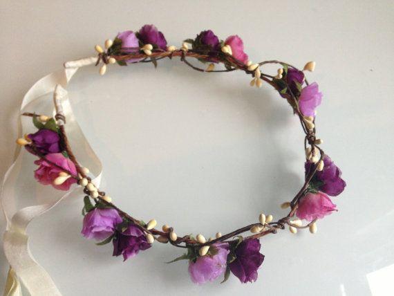 Questo fiore corona caratteristiche carino viola Rose in varie tonalità, bianco pip bacche su un filo vite... Una sensazione nei boschi e molto delicato...    Cravatte sul retro con nastro bianco... sarebbe perfetto per un matrimonio...