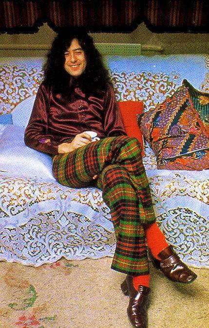 JIMMY PAGE from Led Zepplin on a beautifull  lace plaid!  Jimmy >Page today:http://www.youtube.com/watch?v=ODidAgdL40Y    http://www.youtube.com/watch?v=9Q7Vr3yQYWQ=fvwrel  James Patrick Page OBE (né le 9 janvier 1944) est un guitariste, producteur et compositeur anglais de rock, né à Heston dans la banlieue de Londres. Il est très inspiré par le blues, le folk, la musique indienne et la musique orientale.