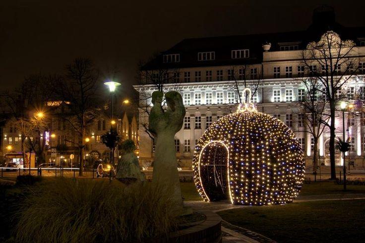 Bombowa bombka na  skwerze Doncaster #Gliwice #christmas #lights