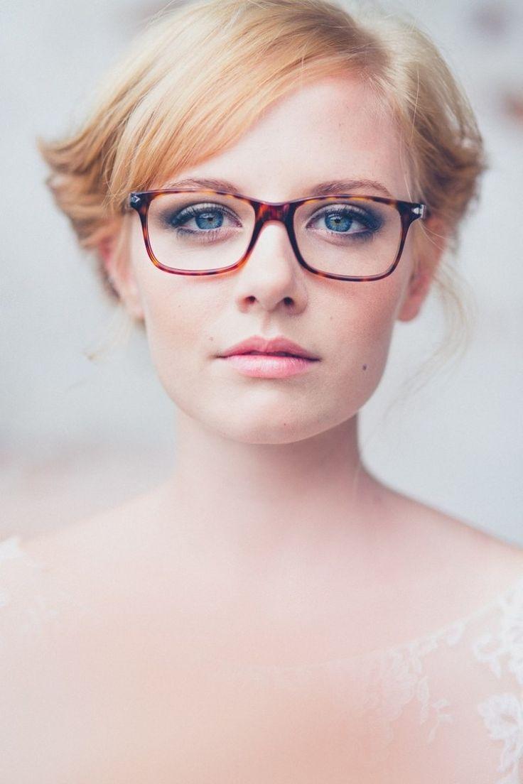 une paire de lunettes à montures léopard et un maquillage quotidien smokey eye