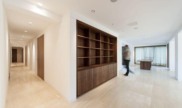 In een luxe appartement zijn de deurkozijnen volledig verdekt uitgevoerd. Rondom de notenhouten deuren is alleen een sluitnaad van 2 mm te zien. De bovenst