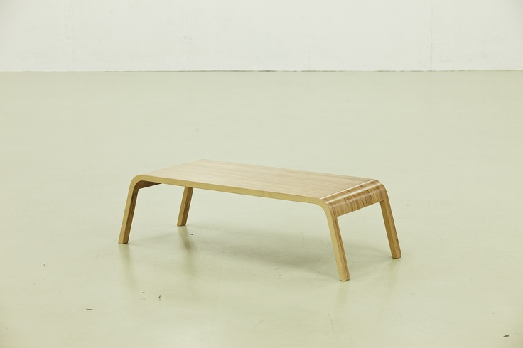 """Combina Grafica Coffee Table - Design Alexe Popescu & Radu Manelici - O masa de cafea realizata dintr-o singura foaie de placaj multistratificat taiata la router. Niciun element de imbinare vizibil, de unde o forma aparent """"turnata""""in lemn. Folosirea in cant a placajului ofera un desen unic al suprafetelor pentru fiecare masa executata.  Placaj multistratificat de mesteacan baituit, tije metalice."""