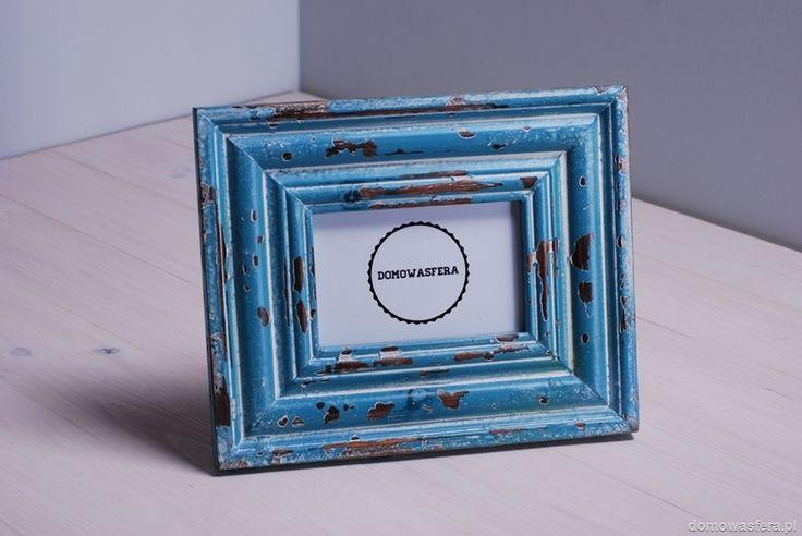 Rustykalna ramka wykonana z pełnego drewna. Pomalowana farbą koloru niebieskiego, następnie poddana procesowi postarzenia. Posiada specjalne haczyki do powieszenia, możemy ją postawić w pionie lub poziomie. Doskonała ozdoba parapetu czy komody. Wymiar zdjęcia: 10 x15 cm.