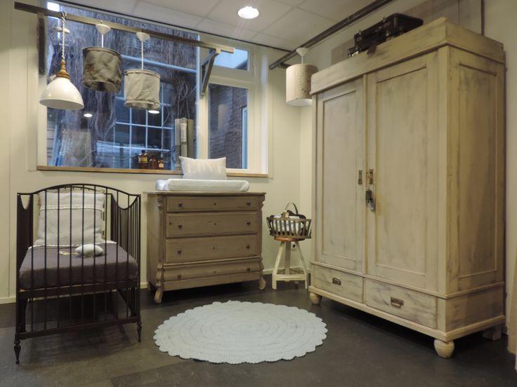 Natuurlijke babykamer met stoere antieke kast en taupe-kleurige commode, mooi gecombineerd met bronskleurig ledikant. www.nieuwedromen.nl
