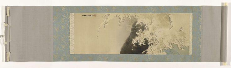 Takeuchi Seihô | Blauwe golf, Takeuchi Seihô, 1905 | Een schildering in inkt en kleuren op zijde, van golven die op een rots uiteen spatten. Gemonteerd als hangrol met een montering van een chumawashi van blauw brokaat met een bloemmotief, ichimonji en futai van beige goudbrokaat met een bloemmotief, jo en ge van lichtgrijze zijde. De opgerolde schildering zit in een houten doos met los deksel met een extra deksel van papier in een grotere doos van hout met donkerrood lakwerk en een…