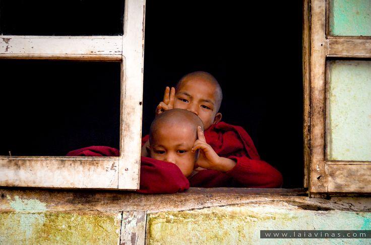 """A Myanmar, la majoria dels nens d'entre 6 i 8 anys, entren per primer cop com a novicis al monestir del seu poble celebrant una cerimònia coneguda com """"Shinpyiu"""", que seria l'equivalent a la primera comunió en el cristianisme. L'estada és curta, d'un mes, però al llarg de la seva vida és més que probable que tornin al monestir per estar-s'hi més temps o per fer-se monjos, encara que després tornin a la vida civil, ja que no és una decisió de per vida, són experiències i mèrits acumulats…"""