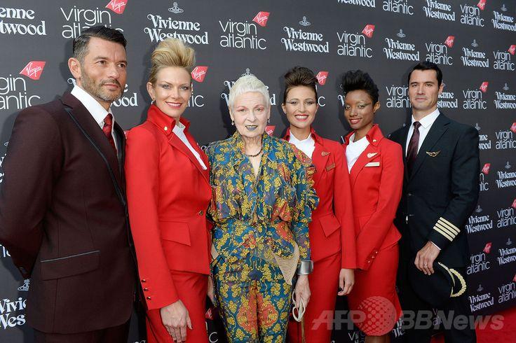 英ロンドン(London)にあるナイトクラブ「ビレッジ・アンダーグラウンド(Village Underground)」で開催された、ヴァージン・アトランティック航空(Virgin Atlantic Airways、VA)の新ユニフォームのお披露目イベントに登場した、デザイナーのヴィヴィアン・ウエストウッド(Vivienne Westwood)と新ユニフォームを着用した同社の職員たち(2014年7月1日撮影)。(c)Relaxnews/Getty Images/David M. Benett ▼7Jul2014AFP|V・ウエストウッド制作の新ユニフォームを公開、英航空 http://www.afpbb.com/articles/-/3019737 #Virgin_Atlantic_Airways #Vivienne_Westwood