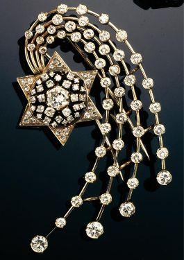 GOLD AND DIAMOND BROOCH, 1930'S.
