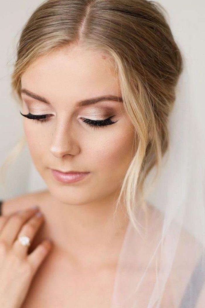 Hochzeit Schminke In Gold Blonde Haare Ehering Mit Stein Fetliches Make Up Frisuren Damen Braune Augen Makeup Schminke Fur Die Hochzeit Hochzeit Make Up