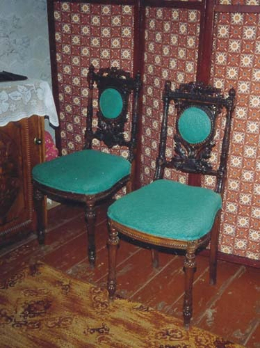 = DIE GESCHICHTE DER WOLGADEUTSCHEN = Старинные стулья в стиле барокко.