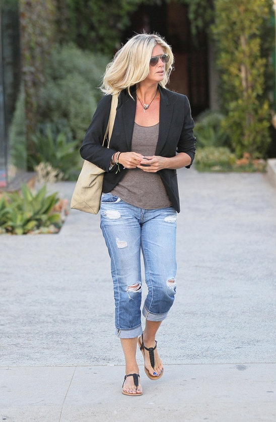 A blazer!!!, a pair of trashed jeans and sandals!! is everything you need. Chic Rachel Hunter knows how it's done.