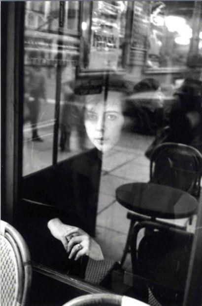 Eduard Boubat, Ragazza nella finestra, Parigi, 1930.