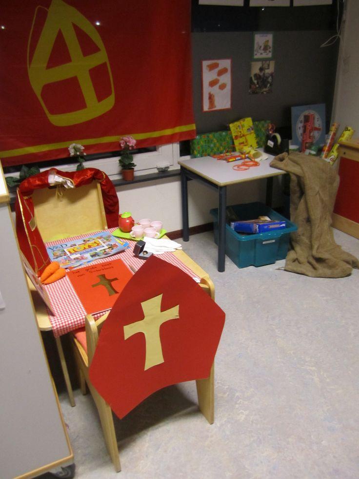 """De huishoek als """"werkkamer van Sinterklaas""""."""