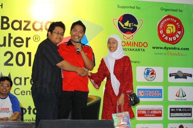Senyum manis Ketua Komunitas Blogger Djogja :) (Baju hitam) w/ @sutradara_cinta dan peserta :)