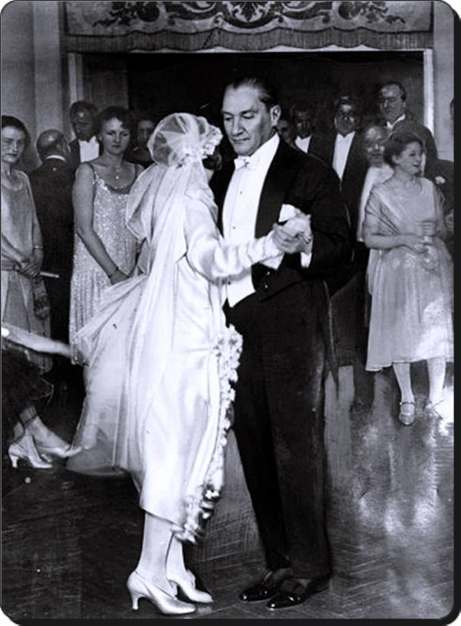 Atatürk manevi kızı Nebile Hanım ile dans ederken...