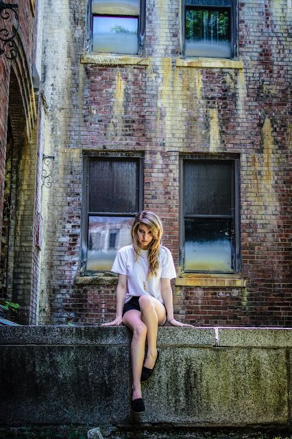 Grungy urban senior picture ideas for girls. Grungy urban senior pictures. #grungyseniorpictures #seniorpictureideasforgirls