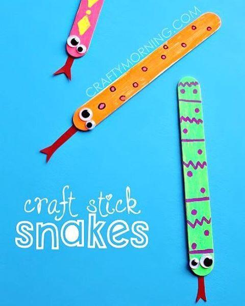 Ett enkelt men roligt pyssel är att göra ormar av glasspinnar kanske kan man limma dit magneter på baksidan så har man pysslat ihop söta kylskåpsmagneter.  Dessa hittade vi hos craftymorning.com.  Bild: craftymorning.com