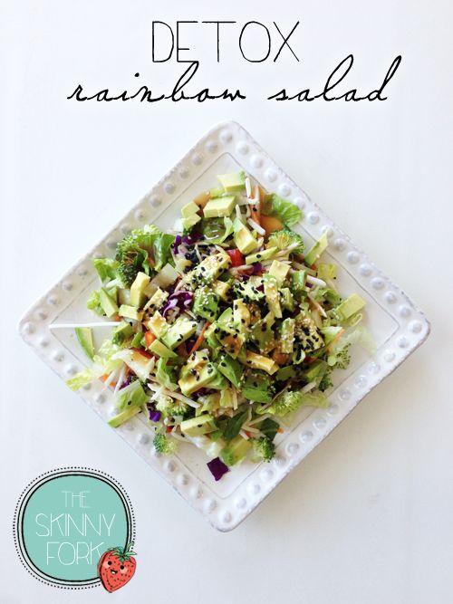 Salada Detox: perfeita para reidratar e limpar o corpo durante os exercícios. Alface, frango grelhado, batata palha, cenoura, manga, repolho, brócolis, papoula e couve cortadinhos :D