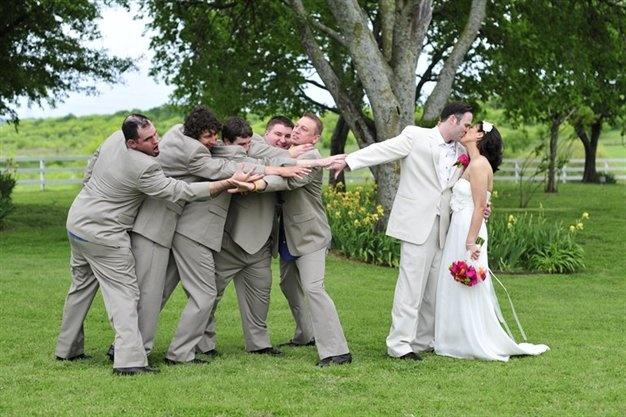 fun wedding photo idea    from http://www.weddingbug.com/Photo-Portfolio.aspx