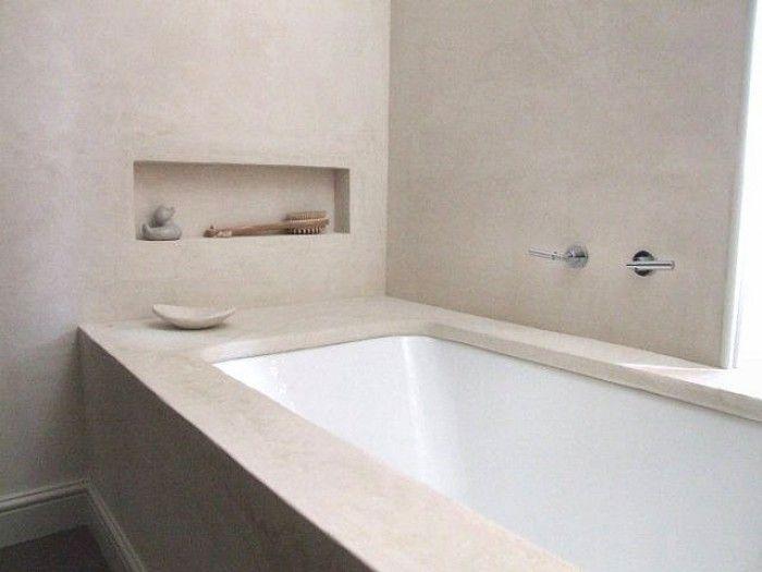 Mooie serene badkamer met dat natuurlijke lichtgrijs/beige en wit. Het is een tadelakt muur (Marrokaanse origine) en gezien op ikwoonfijn nl